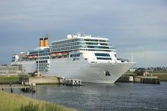 13 Ιουνίου 2014 IJmuiden: Πλευρά νεω Romantica που αφήνει την αποβάθρα στο j Στοκ Φωτογραφία