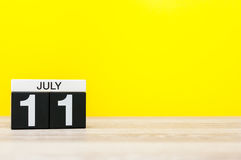 11 Ιουλίου Εικόνα της 11ης Ιουλίου, ημερολόγιο στο κίτρινο υπόβαθρο νεολαίες ενηλίκων Με το κενό διάστημα για το κείμενο Στοκ Φωτογραφίες