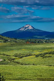 14 Ιουλίου 2016 - καταγράψτε την καμπίνα με τα βουνά και τα πράσινα δέντρα - βουνά του San Juan, Κολοράντο, ΗΠΑ Στοκ Φωτογραφία