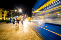 12 Ιουλίου 2017, Πολωνία, Κρακοβία Τετράγωνο αγοράς τη νύχτα Ο κεντρικός αγωγός χαλά Στοκ Φωτογραφία