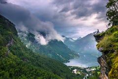 24 Ιουλίου 2015: Ταξιδιώτης στην άποψη Flydalshuvet σε Geiran Στοκ Εικόνες