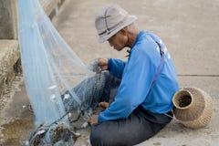 12 Ιουλίου 2017 - Chantaburi, Ταϊλάνδη - παλαιοί ψαράδες που καθαρίζουν fis Στοκ Φωτογραφίες