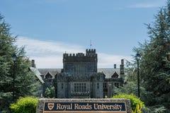 2016-Ιούλιος-16: Βασιλικά οδική πανεπιστημιακά πινακίδα και Hatley Castle επάνω στοκ εικόνα με δικαίωμα ελεύθερης χρήσης