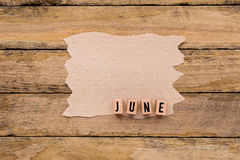 Ιούνιος - ημερολογιακός μήνας στα ξύλινα κεφαλαία γράμματα με το χειροποίητο pape Στοκ Φωτογραφία