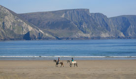 Ιππασία στην παραλία νησιών Achill, Ιρλανδία Στοκ φωτογραφία με δικαίωμα ελεύθερης χρήσης