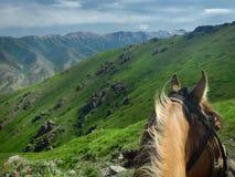Ιππασία στο πράσινο Κιργιστάν, θέα βουνού στοκ φωτογραφίες με δικαίωμα ελεύθερης χρήσης