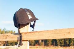 Ιππική ξεχασμένη κράνος ένωση στον ξύλινο φράκτη Στοκ Εικόνες