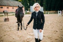 Ιππικός αθλητισμός, γυναικεία jockey και άλογο Στοκ Φωτογραφία