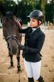 Ιππικός αθλητισμός, γυναικεία jockey και πρόσωπο αλόγων Στοκ φωτογραφία με δικαίωμα ελεύθερης χρήσης