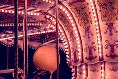 Ιπποδρόμιο παιδιών ` s σε ένα λούνα παρκ στο φωτισμό βραδιού και νύχτας Στοκ Εικόνες