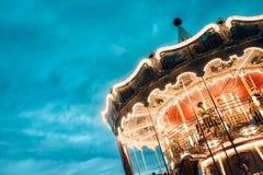 Ιπποδρόμιο σε ένα λούνα παρκ στο φωτισμό βραδιού και νύχτας στοκ φωτογραφίες