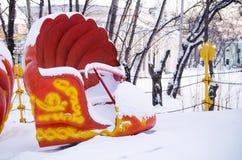 Ιπποδρόμιο της Shell κάτω από το χιόνι σε ένα κλειστό λούνα παρκ το χειμώνα Στοκ φωτογραφίες με δικαίωμα ελεύθερης χρήσης