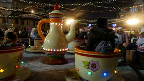 Ιπποδρόμιο παιδιών στην έκθεση Χριστουγέννων στη Μόσχα φιλμ μικρού μήκους