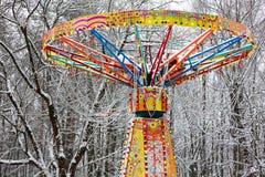 Ιπποδρόμιο στο λούνα παρκ κάτω από το χιόνι Στοκ Εικόνες