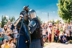 Ιππότες στην πάλη με τα ξίφη Αποκατάσταση της ιπποτικής μάχης Στοκ εικόνα με δικαίωμα ελεύθερης χρήσης