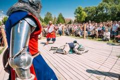Ιππότες στην πάλη με τα ξίφη Αποκατάσταση της ιπποτικής μάχης Στοκ φωτογραφία με δικαίωμα ελεύθερης χρήσης
