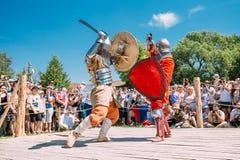 Ιππότες στην πάλη με τα ξίφη Αποκατάσταση της ιπποτικής μάχης Στοκ Φωτογραφία