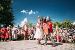 Ιππότες στην πάλη με τα ξίφη Αποκατάσταση της ιπποτικής μάχης Στοκ Εικόνα