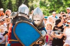Ιππότες στην πάλη με τα ξίφη Αποκατάσταση της ιπποτικής μάχης Στοκ φωτογραφίες με δικαίωμα ελεύθερης χρήσης