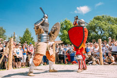 Ιππότες στην πάλη με τα ξίφη Αποκατάσταση της ιπποτικής μάχης Στοκ Εικόνες