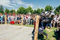 Ιππότες στην πάλη με τα ξίφη Αποκατάσταση της ιπποτικής μάχης Στοκ Φωτογραφίες