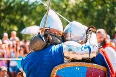 Ιππότες στην πάλη με το ξίφος Αποκατάσταση της ιπποτικής μάχης Στοκ φωτογραφία με δικαίωμα ελεύθερης χρήσης