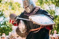 Ιππότες στην πάλη με το ξίφος Αποκατάσταση της ιπποτικής μάχης Στοκ Φωτογραφίες