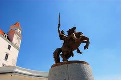 Ιππότης αναβατών αλόγων στο κάστρο της Μπρατισλάβα ενάντια στο α Στοκ εικόνα με δικαίωμα ελεύθερης χρήσης
