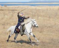 Ιππότης αλόγων με ένα ξίφος σε ένα χέρι Στοκ εικόνα με δικαίωμα ελεύθερης χρήσης
