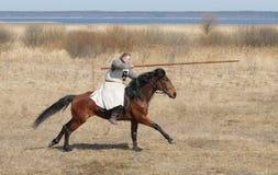Ιππότης αλόγων με μια λόγχη σε ένα χέρι Στοκ Φωτογραφία