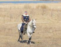 Ιππότης αλόγων με μια λόγχη σε ένα χέρι Στοκ Εικόνες