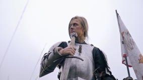 Ιππότης γυναικών στο μεσαιωνικό ξίφος ελέγχων τεθωρακισμένων για το θάρρος απόθεμα βίντεο
