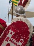 Ιππότης με το κράνος και ασπίδα που κάθεται σε μια έδρα Στοκ Εικόνα