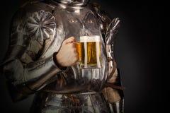 Ιππότης που φορά το τεθωρακισμένο Στοκ φωτογραφία με δικαίωμα ελεύθερης χρήσης