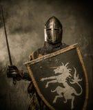 Ιππότης στο πλήρες τεθωρακισμένο Στοκ Εικόνες