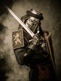 Ιππότης στο πλήρες τεθωρακισμένο Στοκ φωτογραφία με δικαίωμα ελεύθερης χρήσης