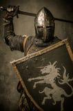 Ιππότης στο πλήρες τεθωρακισμένο Στοκ Φωτογραφίες