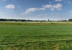 Ιππόδρομος τύρφης στη Γερμανία, Magdeburg Πράσινο πεδίο χλόης Άποψη φ Στοκ εικόνα με δικαίωμα ελεύθερης χρήσης