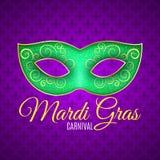 Ιπτάμενο για τη Mardi Gras καρναβάλι Πράσινος ακτινοβολήστε μάσκα με τα πράσινα σπινθηρίσματα Άνευ ραφής σχέδιο από τον πορφυρό ε ελεύθερη απεικόνιση δικαιώματος