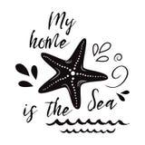 Ιπτάμενο θάλασσας με το εμπνευσμένο απόσπασμα, αστέρι θάλασσας, κύμα Διανυσματικό τυπογραφικό έμβλημα ταξιδιού θερινό σημάδι, φρά Στοκ Φωτογραφία