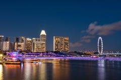 Ιπτάμενο της Σιγκαπούρης όπως βλέπει από τον κόλπο Fullerton τη νύχτα Στοκ Εικόνες