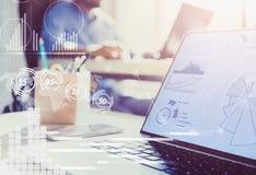 διπλή έκθεση Επιχειρηματίας που εργάζεται στο σύγχρονο γραφείο με τη σύγχρονη τεχνολογία διαγράμματα αύξησης, επιχειρησιακή έννοι στοκ εικόνα