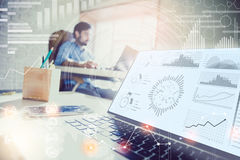 διπλή έκθεση Επιχειρηματίας που εργάζεται στο σύγχρονο γραφείο με τη σύγχρονη τεχνολογία διαγράμματα αύξησης, επιχειρησιακή έννοι Στοκ Φωτογραφία
