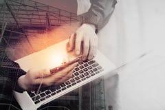 διπλή έκθεση του χεριού επιχειρησιακών ατόμων που χρησιμοποιεί το έξυπνο τηλέφωνο, lap-top, ο Στοκ Φωτογραφία
