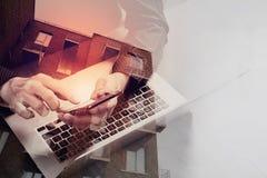 διπλή έκθεση του χεριού επιχειρησιακών ατόμων που χρησιμοποιεί το έξυπνο τηλέφωνο, lap-top, ο Στοκ Εικόνες