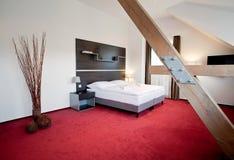 διπλή πολυτέλεια ξενοδοχείων κρεβατοκάμαρων σπορείων Στοκ Φωτογραφίες