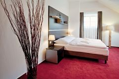 διπλή πολυτέλεια ξενοδοχείων κρεβατοκάμαρων σπορείων Στοκ Εικόνες