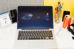Διπλή ταχύτητα πυρήνων ρολογιών μήλων επίδειξης ιστοχώρου υπολογιστών της Apple Στοκ φωτογραφία με δικαίωμα ελεύθερης χρήσης