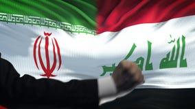 Ιράν εναντίον της αντιμετώπισης του Ιράκ, διαφωνία χωρών, πυγμές στο υπόβαθρο σημαιών απόθεμα βίντεο