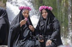 Ιρανικές κυρίες που κουβεντιάζουν και που έχουν τη διασκέδαση στοκ εικόνες